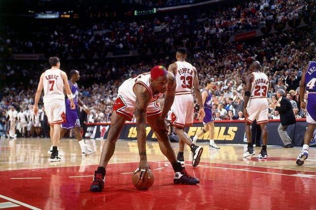 NBA歷史上最具有影響力的照片!Rodman的平行救球,讓多少人為止動容!-黑特籃球-NBA新聞影音圖片分享社區