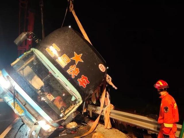 事故原因披露!广州出发大巴侧翻7死11伤,多人被甩到10米高桥下