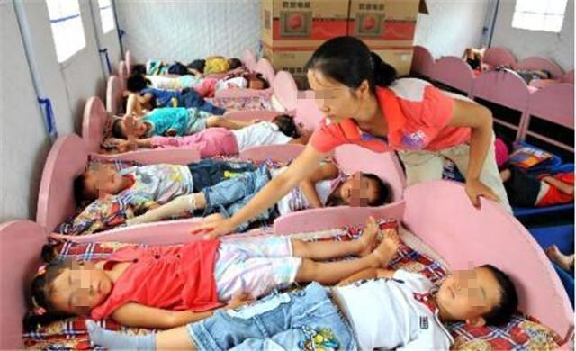 """为什么孩子在幼儿园睡觉时,老师让他们""""头脚相对""""?有3点好处"""