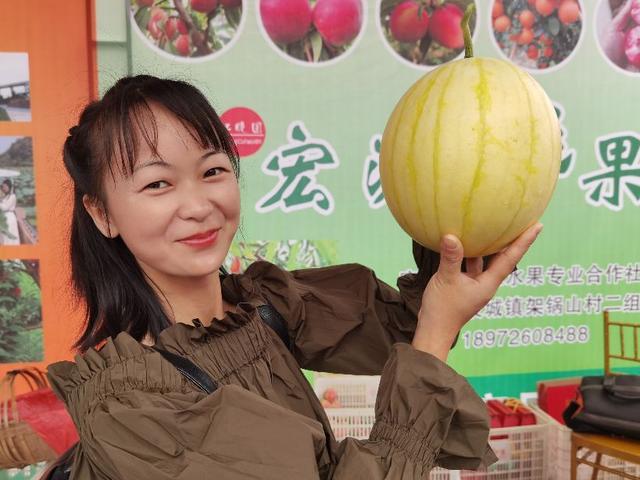 湖北宜都:成立公益助农服务中心,300农产品亮相广场,皆大欢喜