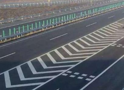 高速上开车,遇到这四种标线要小心,开错可能会被扣12分-第5张图片