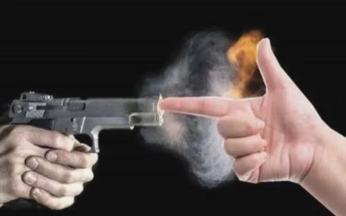 有人拿枪指着你,用手指堵住枪口,枪会炸膛还是手会报废