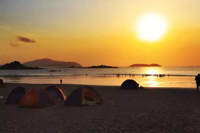 房车停在沙滩上露营,坐在海边听着海浪声,好舒服