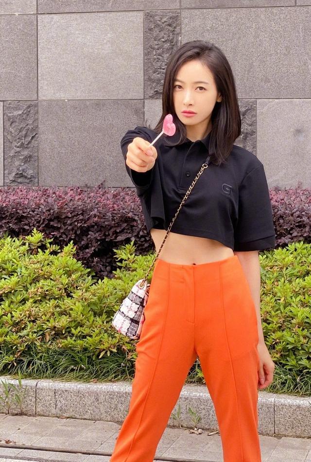 宋茜穿露脐装配长裤酷帅时尚,刘诗诗穿蓝色方格连衣裙,优雅文艺