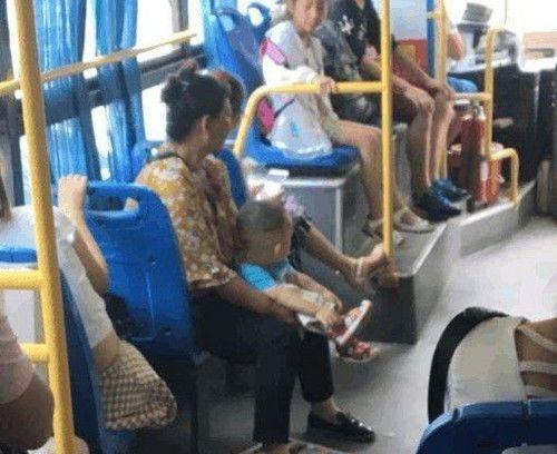 女孩在车上大便,遭到乘客指责,车长的一番话,乘客纷纷下车