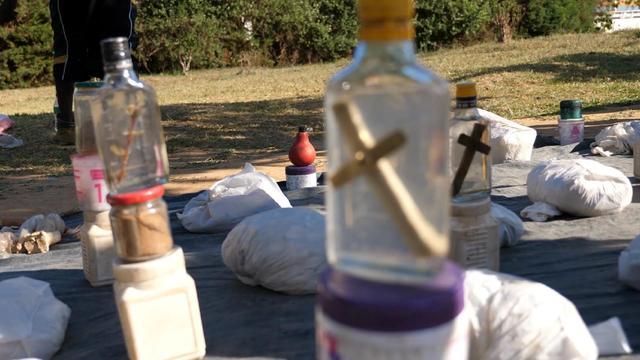 非洲江湖医生街边卖药,一张价目表包治百病,中国小伙都看乐了
