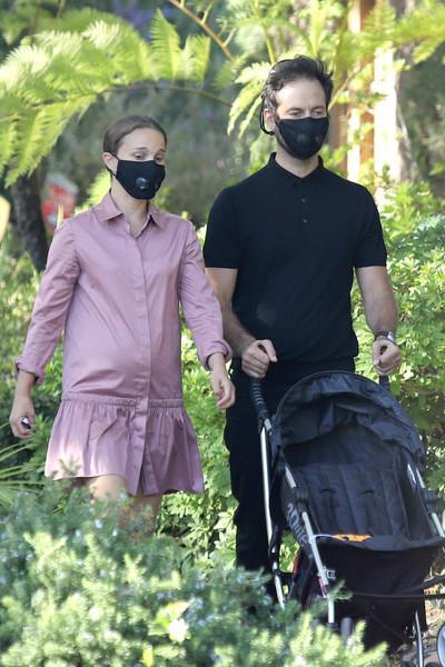 全球男人的女神,娜塔莉·波特曼喜怀第三胎,挺孕肚陪全家人散步