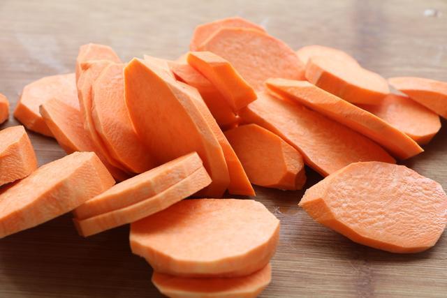 紅薯別直接蒸著吃了,學會新吃法,軟糯香甜,做一次饞一次