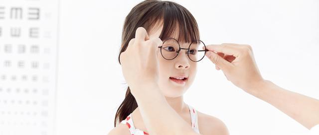 """正确佩戴眼镜,摆脱鼻梁上的""""小红坑"""""""