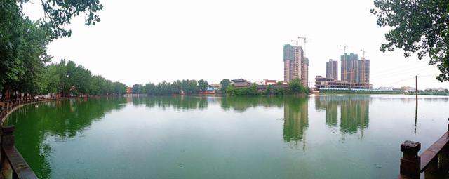 东湖水清岸绿蓝天倒映美如画