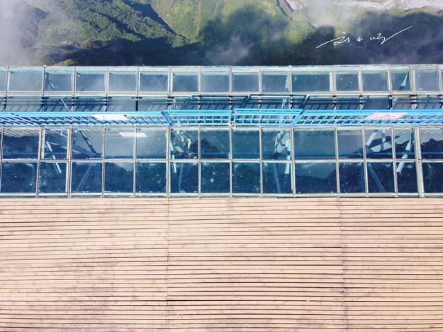 """云南昭通""""最可怕""""的玻璃跳台,脚下就是2500米悬崖,游客都腿软"""