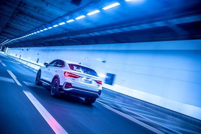 试驾全新奥迪Q3轿跑SUV,主打颜值和性能,空间略输一筹