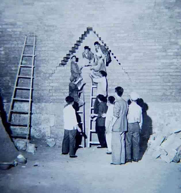 郭沫若现场指导1956年定陵考古老照片,万历骸骨遭到焚烧