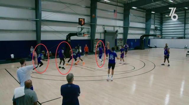 【影片】赤裸裸的羞辱!Simmons在隊內賽上命中三分遠投,可在場球員們都在集中搶籃板!