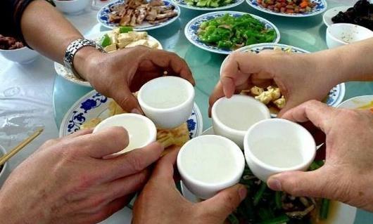 看了俄罗斯的下酒菜,东北爷们放下酒杯:这真不能比!