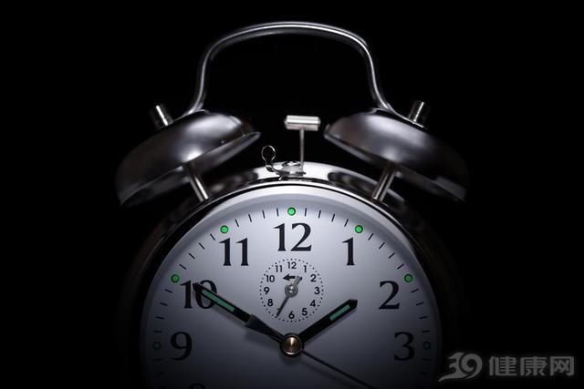 明明很困,为何凌晨3、4点却睡不着?4个问题,请你听入耳