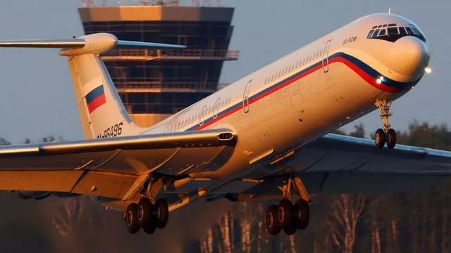 俄军苏-27飞行员路遇北约战机 淡定掏出手机拍照