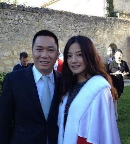 赵薇紧急辟谣离婚传闻,但没解释为何删照片,感情关系成疑点