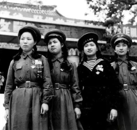 中国女军人的裙装,从50式的连衣裙到如今的分体裙,设计思想是啥