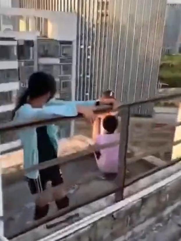 《隐秘的角落》现实版:女孩紧抓护栏,小伙伴却在天台边缘