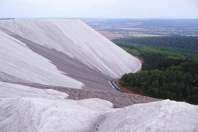 世界最大鹽山,由3億噸鹽組成,遊客必須帶一包鹽才能走