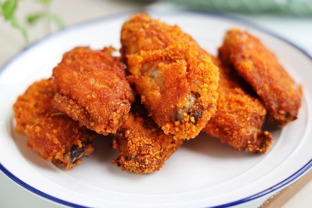 這樣做的雞翅,不用油炸,卻比油炸還好吃,外焦里嫩,健康無油煙