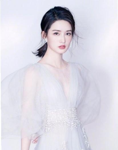 李沁素颜太美了,与大自然合照静谧美好,妥妥的文艺女神