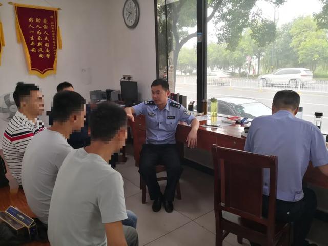 """是""""榔""""给的诱惑?横车马路占道递槟榔,岳阳两公交司机被处罚"""
