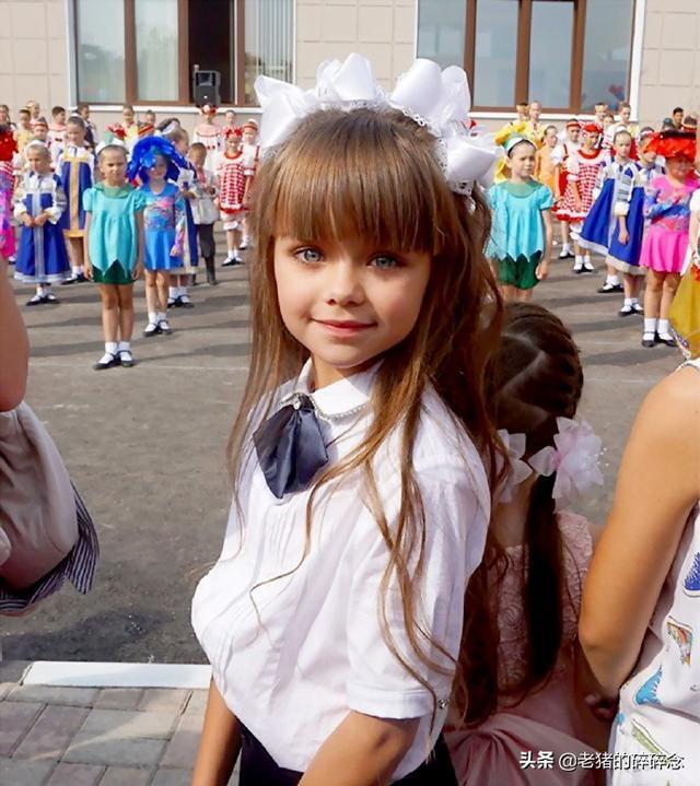 照片记录生活:世界最美的小女孩上学了,水灵灵的大眼睛真漂亮