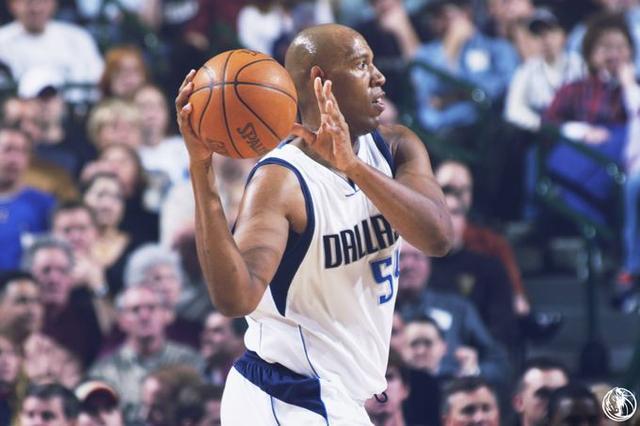 身高2米03,單場曾搶下28個籃板,但他生涯卻從未灌過一次籃!-籃球圈