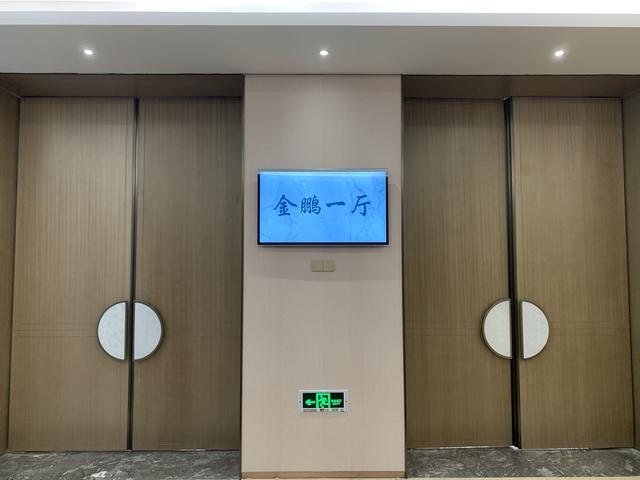 电梯广告机为什么如此受欢迎?壁挂广告机的优势
