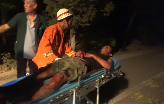 凌晨货车司机被困 运城市夏县消防破拆救援