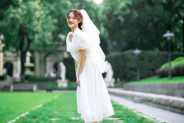 张鑫磊微博晒婚纱照 网友:这是隐婚了?