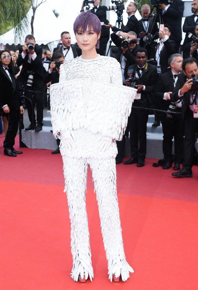李宇春戛纳羽毛装引热议,盘点她7年红毯造型,时尚先锋or灾难