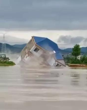 泪崩!5层楼突然下沉,瞬间消失在洪水中…房主只能绝望的看着