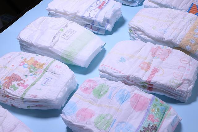 纸尿裤怎么选?宝妈呕血亲测12款热门纸尿裤,这3款更适合宝宝