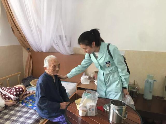 """家有健康总裁李颖:共读中华书,""""伴你成长""""关爱偏远地区儿童"""