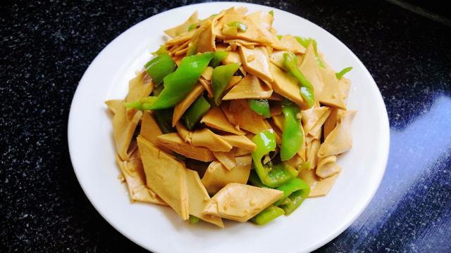 简单好吃的尖椒豆腐皮,家庭版做法不焯水,营养不流失,非常下饭