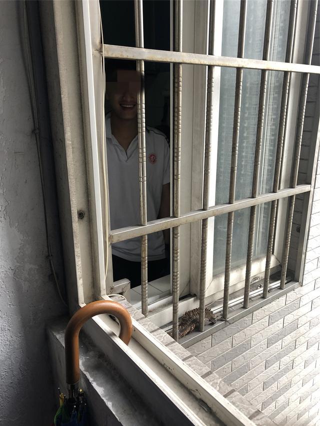 高考生门锁坏了被锁家中,家还在15楼