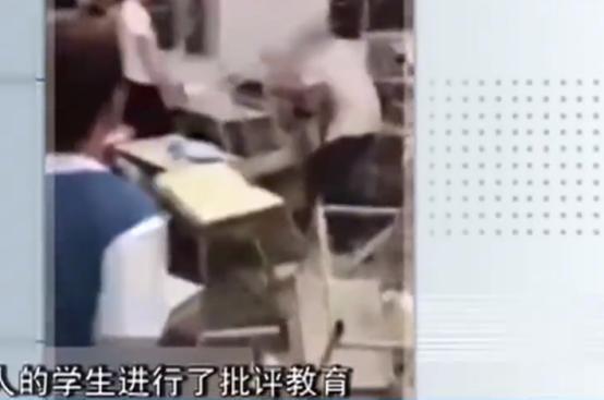 女孩在公交车上遭男子暴打,司机乘客全程无人阻拦,红领巾小男孩出手相助