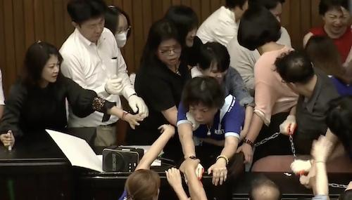 """台湾民众聚集冲击台""""立法院""""与警方激烈冲突"""