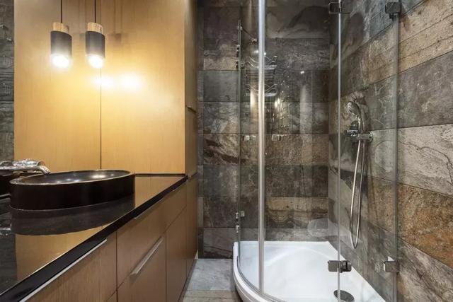 不到3㎡的卫生间塞下浴缸,干湿分离,还腾出收纳空间,省地美观