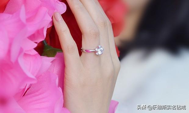 女生中指戴戒指图片