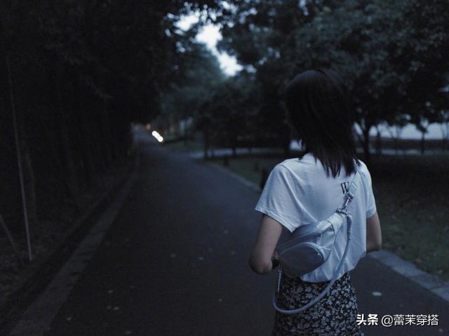 刘雯张雪迎穿同款碎花半裙,风格却完全不同,只因上衣细节有差别