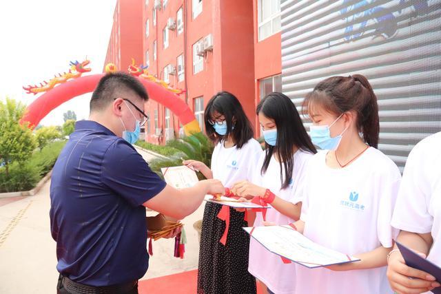 郑州常明教育举办首届高三毕业生集体成人礼暨毕业典礼
