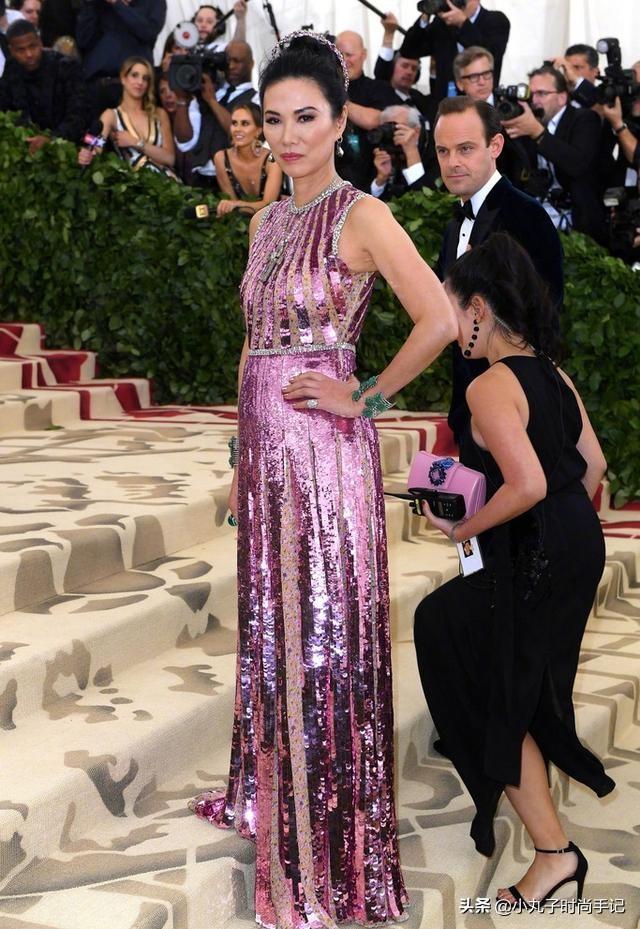 51岁邓文迪又作妖,穿粉色亮片裙打扮得像小女孩,网友:还挺高贵