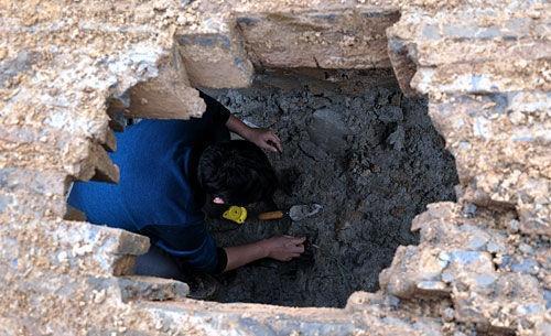 千年神秘古墓,出土2件英文瓷器,专家看后怒将其摔碎