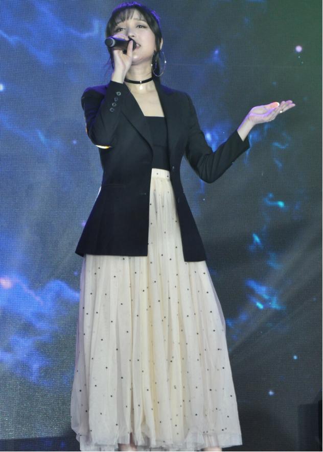 金莎为什么才换风格?如今穿上西装又飒又美,早就该放弃甜美风了