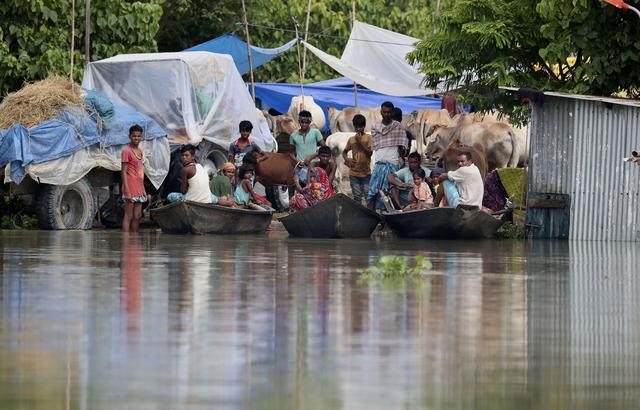 印度洪水泛滥,超360万人受灾66人死亡,村民靠木船出行