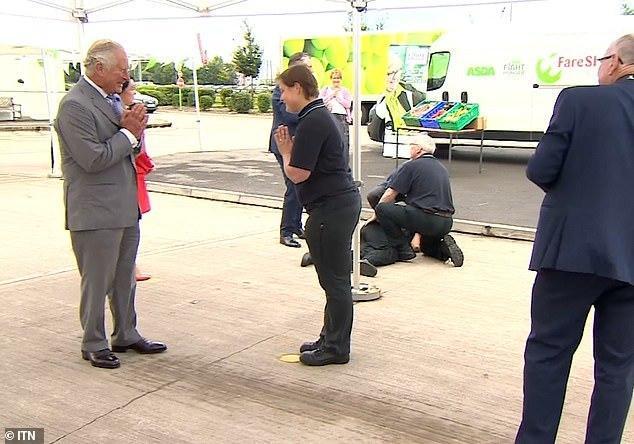 查尔斯王子和一名男子对话,男子突然晕倒在地上抽搐